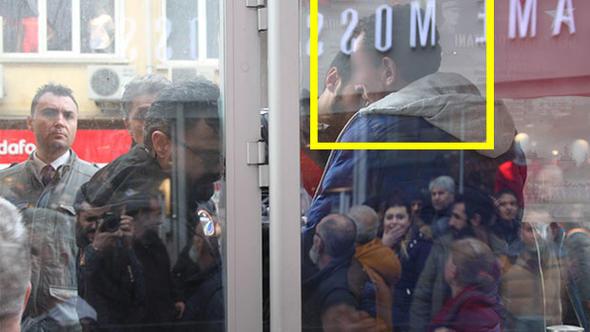Tramvayda taciz,öfkeli kalabalığın elinden polis kurtardı.