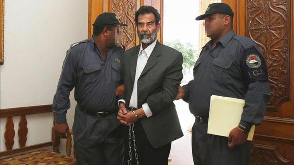 Saddam Hüseyin, çok sayıda eski Baas yöneticisi ve ailelerine ait mülklere el konulması talebinde bulundu.