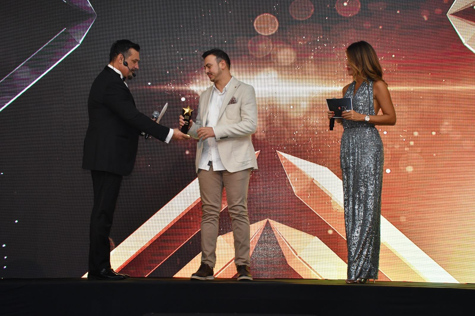 Mirza Parlakyiğit Ödülünü Sunucu Özlem Yıldız'ın elinden aldı!